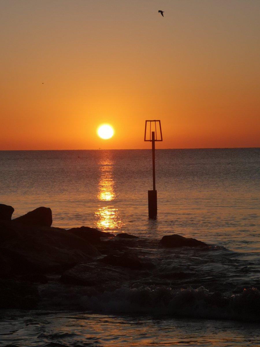 A lovely morning xx @sandbanks_beach #lovewhereyoulive #frozensunrise<br>http://pic.twitter.com/djFmngje1l