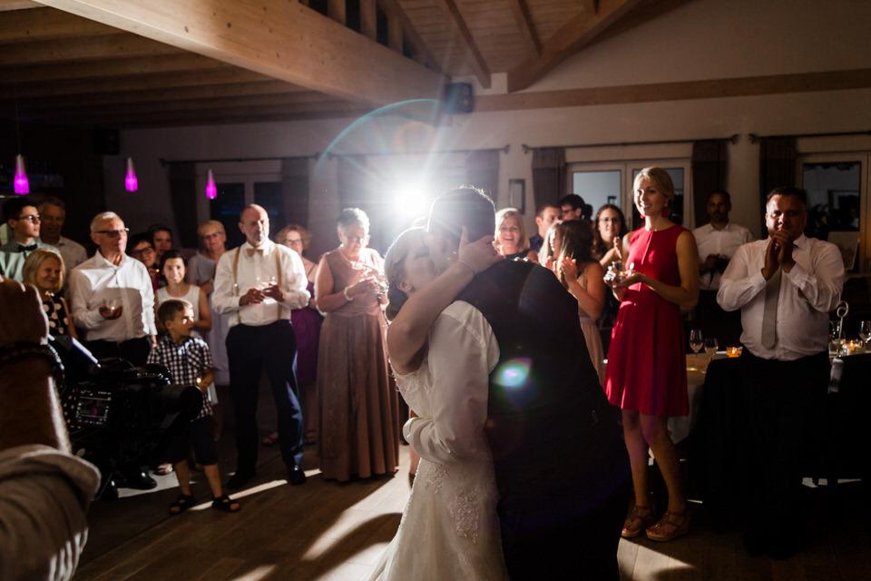 Dances & Kisses :) #hochzeitsparty #hochzeitstanz #brautpaar #wedding #weddingpartypic.twitter.com/QA6QlQStWx
