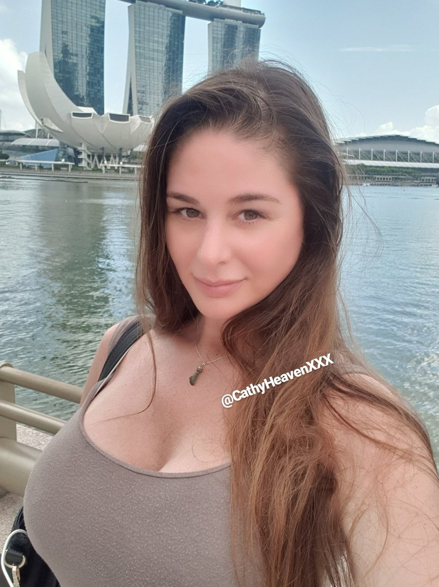 At Merlion Park. Too many people here so impossible to take a selfie alone 🙈😁 And yes, you can tell on the 2nd photo that it was very windy 🌬🌬🌬 #singaporecity #merlionpark #selfietime