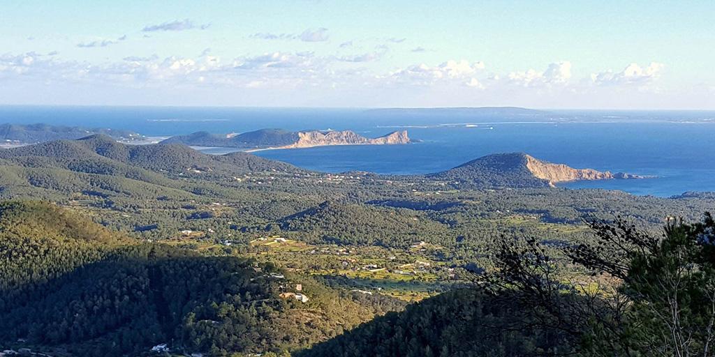 Descubre la mejor postal de Ibiza  desde Sa Talaia, la montaña más alta de la isla #ExperienciasIbiza @Ibiza_Travel @Santjosepibiza http://bit.ly/2QOB2Eqpic.twitter.com/qBvYiNxVFT