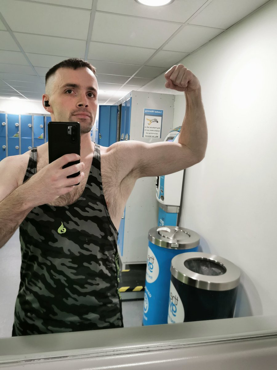 So shoulders and triceps smashed. This is the size I want when I don't have a pump when I start bulking... But atm il take this #gymworkout #gymselfie #bouldershoulders pic.twitter.com/GVDsyGgkEo
