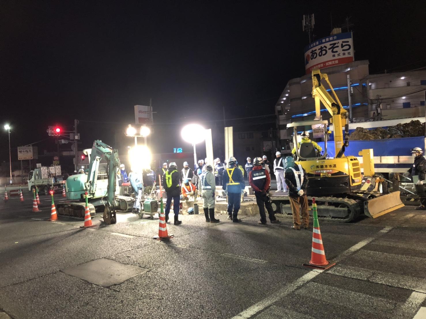 画像,国道24号花山交差点付近の水道管修繕工事状況をお知らせします。現在も工事業者の方により、休むこと無く漏水箇所の特定に向けて掘削が進められております。また、通行止…