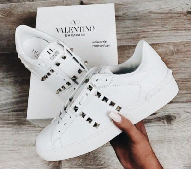 """""""Even as a young boy, my passion was to design, and I have been very lucky to be able to do what I have loved all my life. There can be few greater gifts than that. """"    -Valentino Garavani #valentino #valentinogaravani #london #fashiongrammer #fashionquotespic.twitter.com/NPFLXbXpD9"""