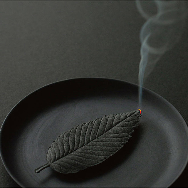 3000RT:【おしゃれ】まるで葉っぱ、和紙のお香「HA KO」線香とお香の製法を用い、職人の手作業で一枚一枚大切に製造。お香として焚くと、消臭・抗菌効果を発揮し、空間全体に香りが行き渡る。
