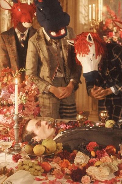 トム・ブラウン2020秋コレクションはアリスの「Eat Me」がイメージビジュアルだそう。動物のマスクを被った彼らが食べているのは…(なんとも強烈🍴)