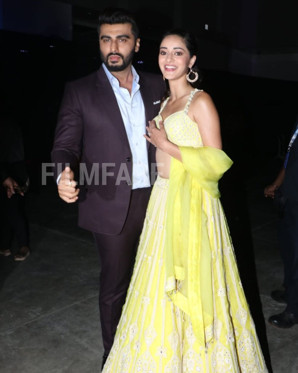 Hot and happening! #ArjunKapoor and #AnanyaPanday snapped at #Umang2020.<br>http://pic.twitter.com/mUoA6OQJEu