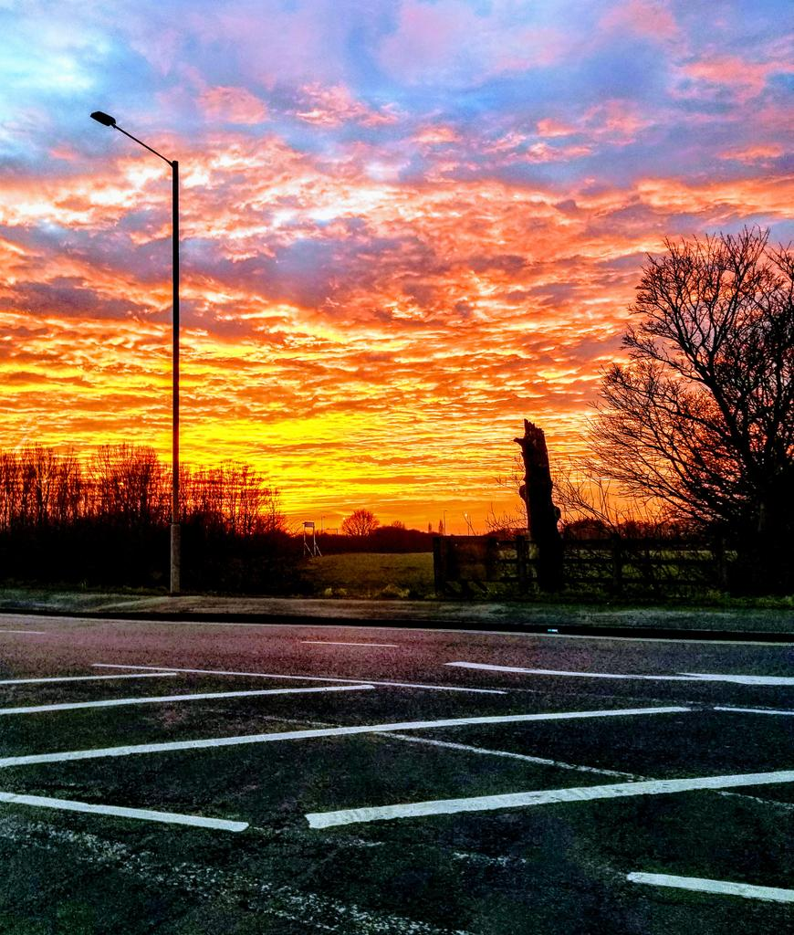 Sunset over Chorley this evening #GalaxyNote8 pic.twitter.com/aJgrYXa3XI