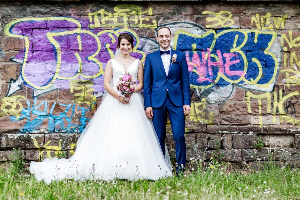 Die Farben des Graffiti passten hier so toll zu den Beiden, da musste schnell ein Foto her #brautpaarshooting #brautpaar #realwedding #sommerhochzeit #heirateninkarlsruhepic.twitter.com/SbWnttGZDU