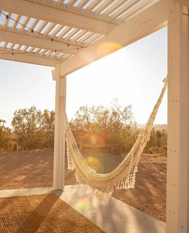 sunday morning vibes at mojave moon . .. ... .. . #mojavemoonjoshuatree #joshuatree #ilovejoshuatree #yuccavalley #airbnb #airbnbphoto #desertlife #desertsunrise #sunrise #morningview #vacationrental #modernhome #midcenturymodern #housegoa… https://ift.tt/2NVSvtZpic.twitter.com/NPNZ1NuLnQ