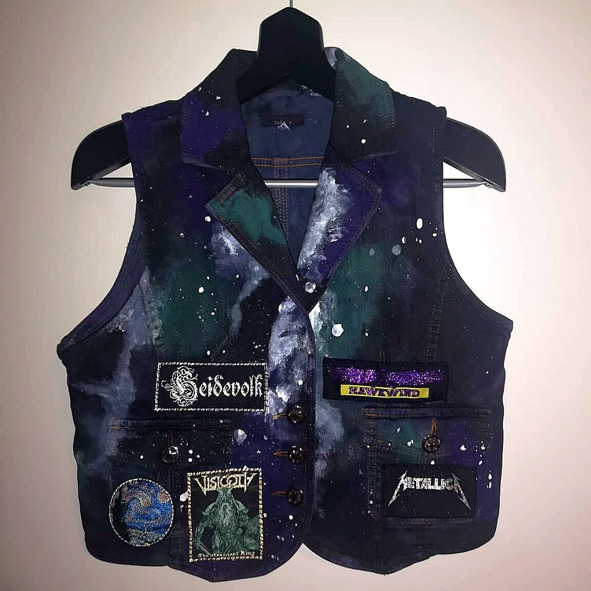 And lo, after approximately a year ago, I finally finished this project. Much trial and error went into this, but my space vest is finally done!  #battlevest #metal #heavymetal #kutte #alternativefashion #gloryhammerpic.twitter.com/OIBXEabDID