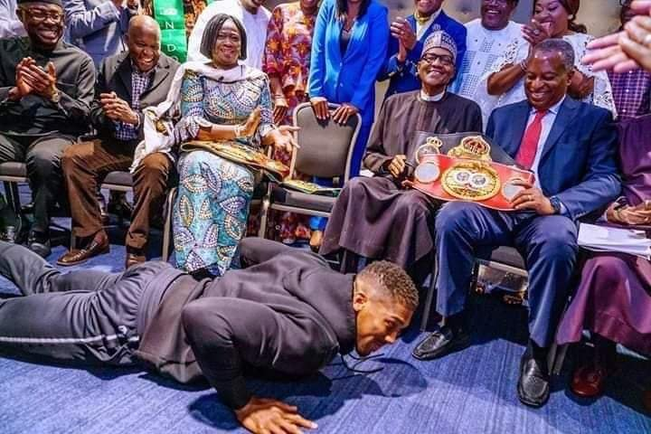 @anthonyfjoshua show us the best and perfect  way to greet our elders. This is our culture, the home training not just as a Nigerian but as a typical  Yoruba  man. Thanks for making  us proud   @realFFK every thing  is not politics and this will not reduce @anthonyfjoshuapic.twitter.com/i2RSx1oSQa
