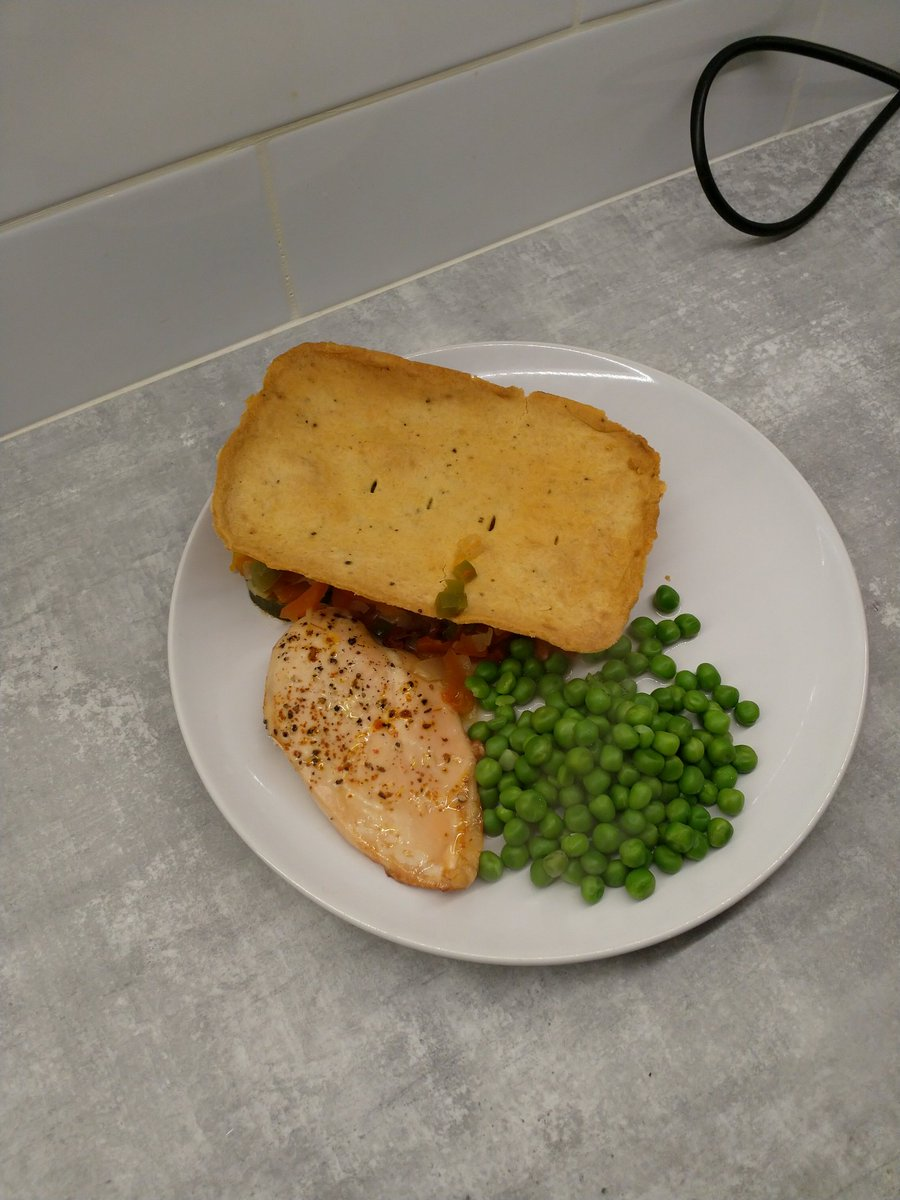 Dinner home made #goatscheese vegetable pie, organic chicken breast and peas pic.twitter.com/7ZyCjPRl6c