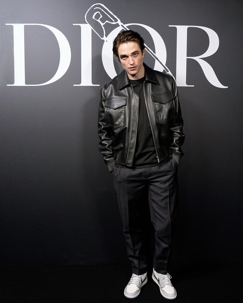 News zu #RobertPattinson für @Dior: Rob bei Dior Men's Winter Show 20/21, beim Dior Perfume Private Dinner, im Studio; Plus Bilder zum Video der #DiorHomme - Kampagne; #DiorRob: https://babscrazy4film.blogspot.com/2020/01/news-zu-robert-pattinson-im-januar-2020.html… Siehe Updates 19.1.2020pic.twitter.com/40gxL9j8RQ
