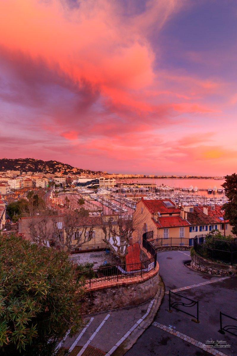La couleur rose fait son grand retour au dessus de #cannes ... c'était hier soir .. #CotedAzurFrance #sunset #beautiful #clouds #MagnifiqueFrance @VisitCotedazur @CannesIsYours @villecannes cc @davidlisnardpic.twitter.com/6w7WV28NeU