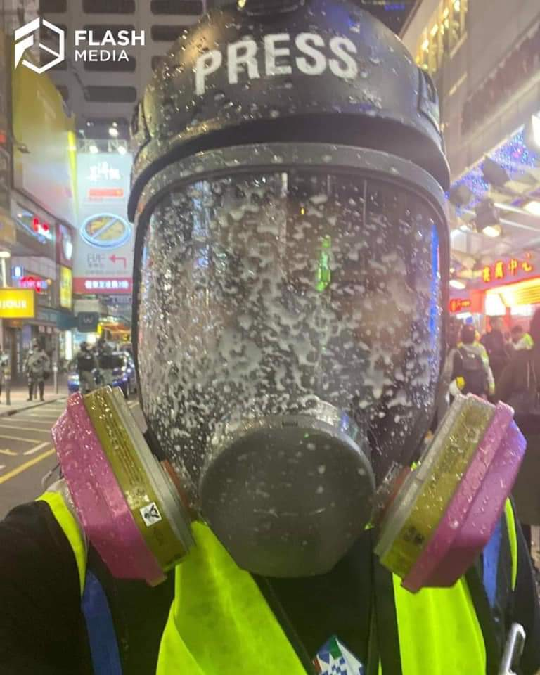 Riot police dispersed protesters at Dundas Street & pepper sprayed reporters at a short distance for 10 seconds.  Volunteer first-aiders on the scene provided medical assistance immediately.  Credit: Flash Media HK, Angus Wong, Billy Choy  #hkpolicebrutality #journalists<br>http://pic.twitter.com/WgCutILbbk