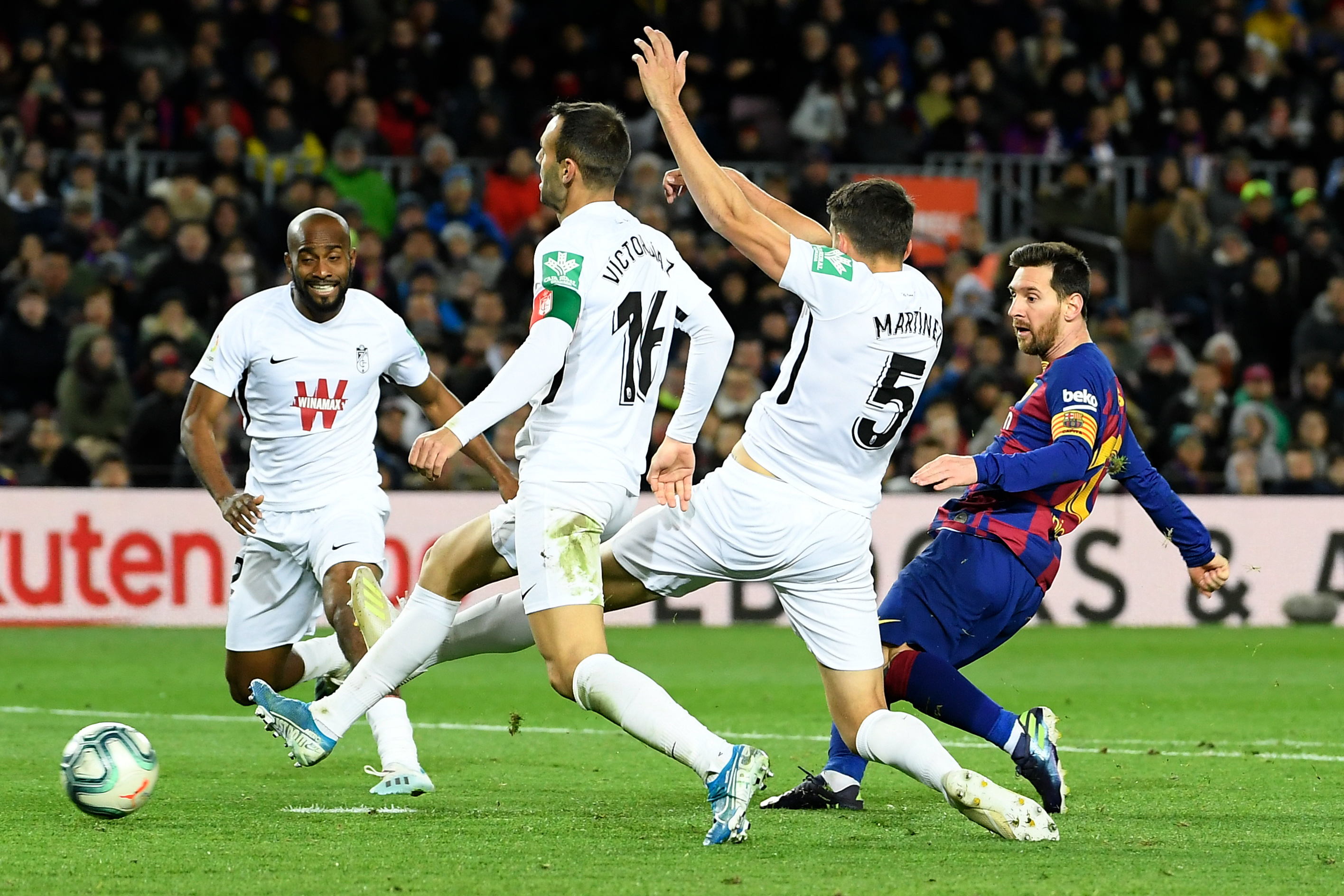 ميسي ينقذ برشلونة من فخ التعادل امام غرناطة ويُؤمن انطلاقة كيكي سيتين
