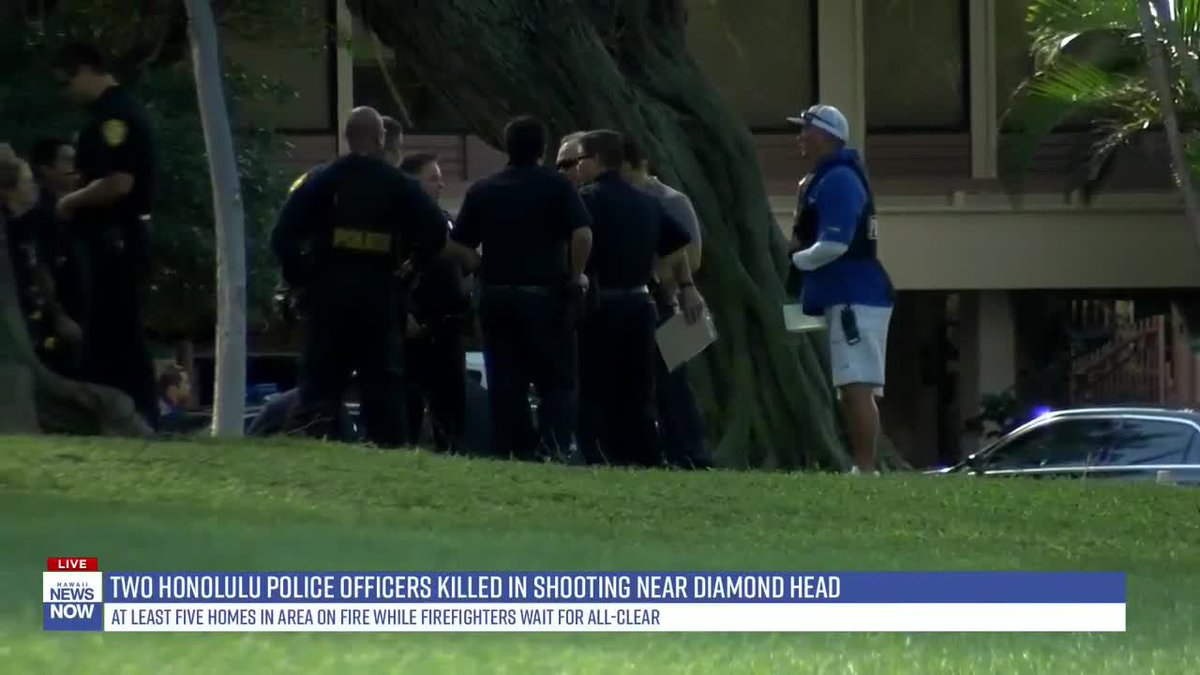 Please keep officers of Honolulu PD and their entire community in your thoughts/prayers as they have lost 2 of their own, who were shot for simply doing their job. Never forget these brave heroes,who ran towards the danger while others fled #EnoughIsEnough  https://www. hawaiinewsnow.com/2020/01/19/mul tiple-honolulu-police-officers-injured-shooting-near-diamond-head/  … <br>http://pic.twitter.com/q75ys0A9XS