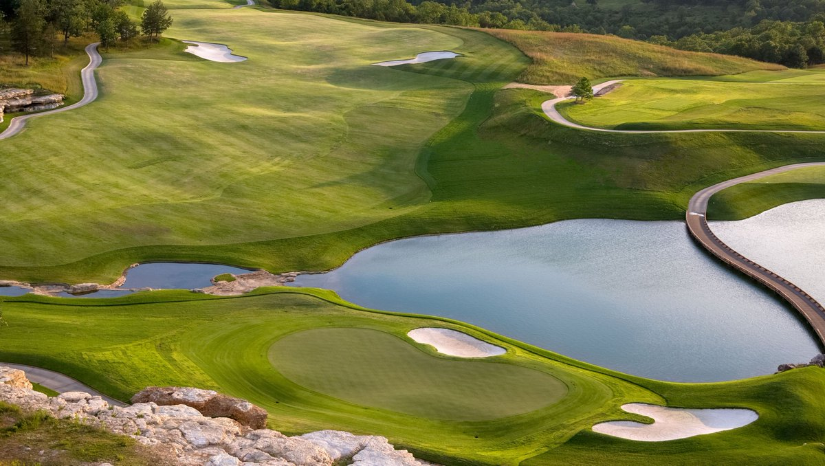 Missouri's newest addition to the game of golf right here at Big Cedar. Click to read the story on @TigerWoods and @tgrdesignbytw Payne's Valley by @top100golf- https://t.co/ONPKXU8AMs #bigcedargolf #tigerwoods 📷: @Evan_Schiller https://t.co/fzEjn11SaH