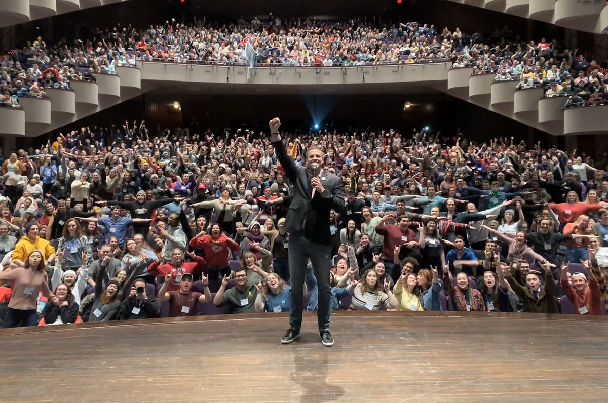 Tonight I welcomed 1,600 energetic theatre students from across the Midwest to Sioux Falls for the @kencen regional conference. If you see them around town, make them feel welcome! #OneSiouxFalls