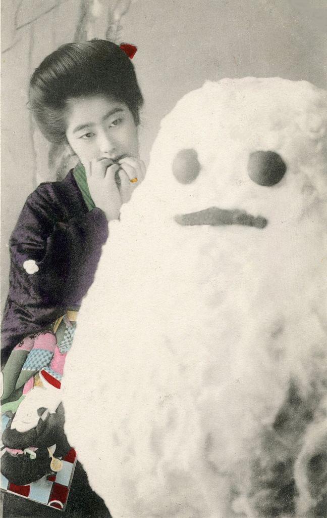 明治期にお土産用として撮影された絵葉書。興味深いのが雪だるまの形だ。江戸時代の雪だるまも達磨のような形だったらしいけど、この時期もまだそんな感じだ。いつ頃から2段の雪だるまが主流になったんだろう。気になる。因みにこの雪だるまは布や綿毛を利用して作った撮影用のもののようだ。