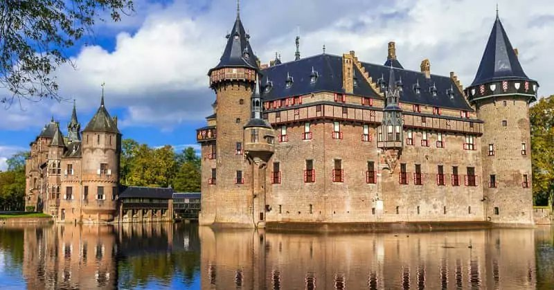 Haar Castle Built during the fourteenth century, Haar Castle is the largest and best preserved in the Netherlands. In neo-Gothic-medieval style, it was made by one of the most prestigious architects of the moment, Pierre Cuypers.  Have a nice night <br>http://pic.twitter.com/do6wKnHKPI