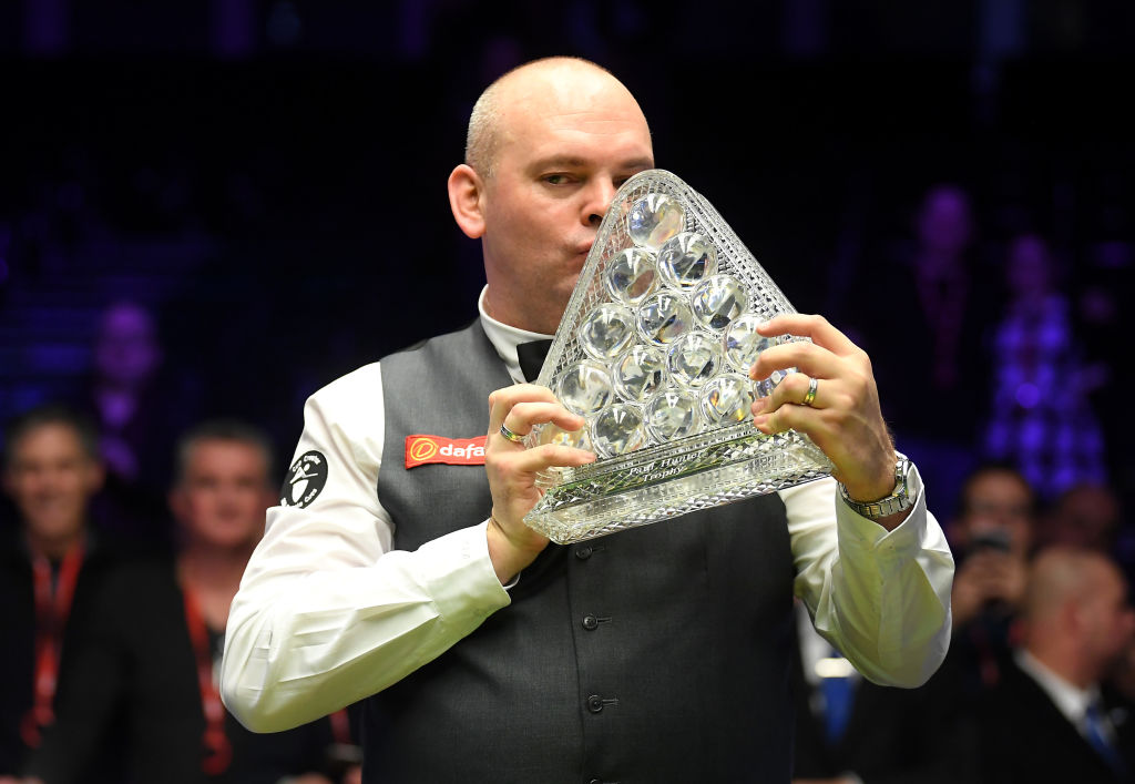 The oldest Masters champion 👴@Stuart__Bingham beats Ali Carter in thrilling final to enter the record books.Report from Alexandra Palace: https://bbc.in/2Rsq7jW  #bbcsnooker