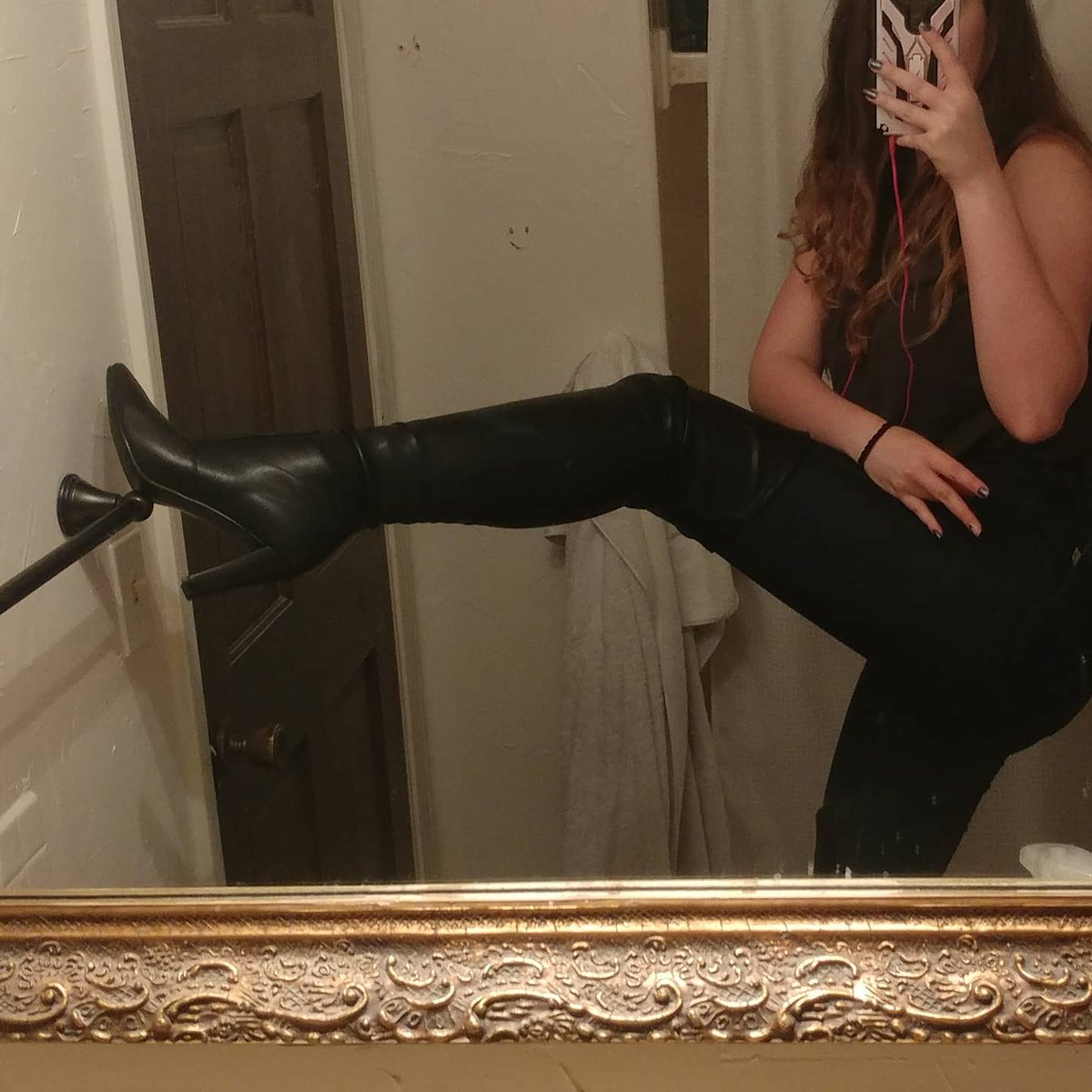 Sup gayboy, Julia revamp is in session because now her boots came in <br>http://pic.twitter.com/2AUurk6ivt