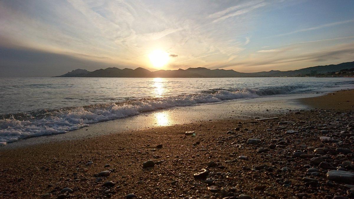Coucher de soleil de ce dimanche soir... Espoir ? #NoFilter #Sunset #Cannes #CharmInCannes#IrresistibleCannes #CotedAzurFrance #CotedAzur #FrenchRiviera @villecannes @CannesIsYours @VisitCotedazurpic.twitter.com/11B3FVM9s7