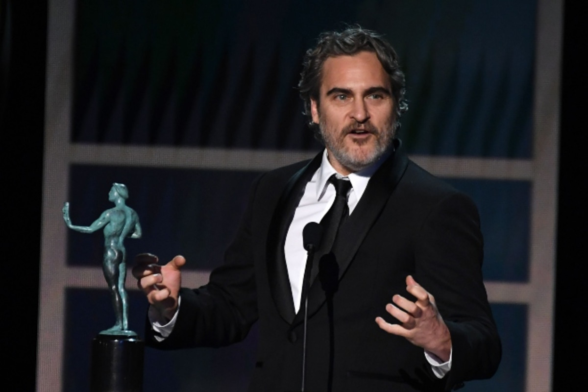 Joaquin Phoenix pays tribute to former Joker Heath Ledger in SAG Awards acceptance speech. cmplx.co/Rp7WSI0