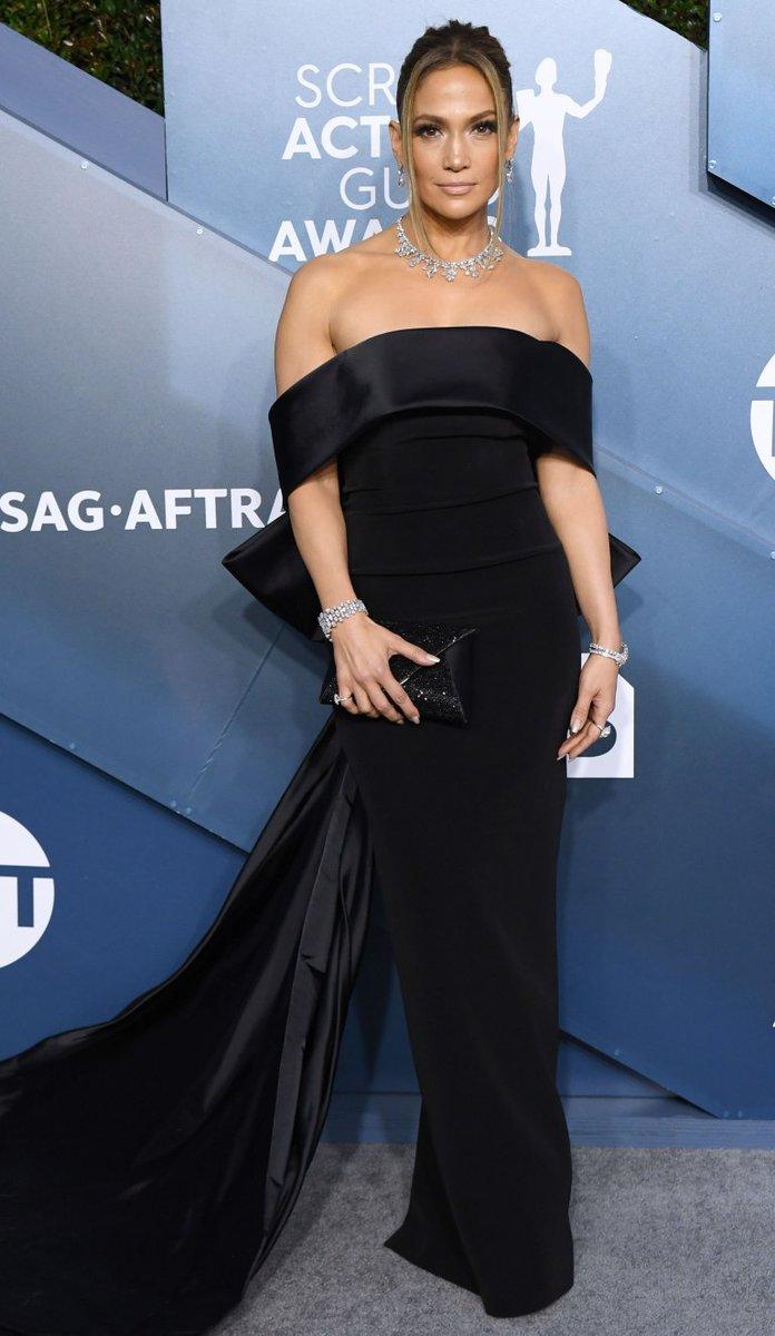 #SAGAwards | Jennifer Lopez impuso la moda del moño, ahora de espalda. pic.twitter.com/HGv8esc9iZ