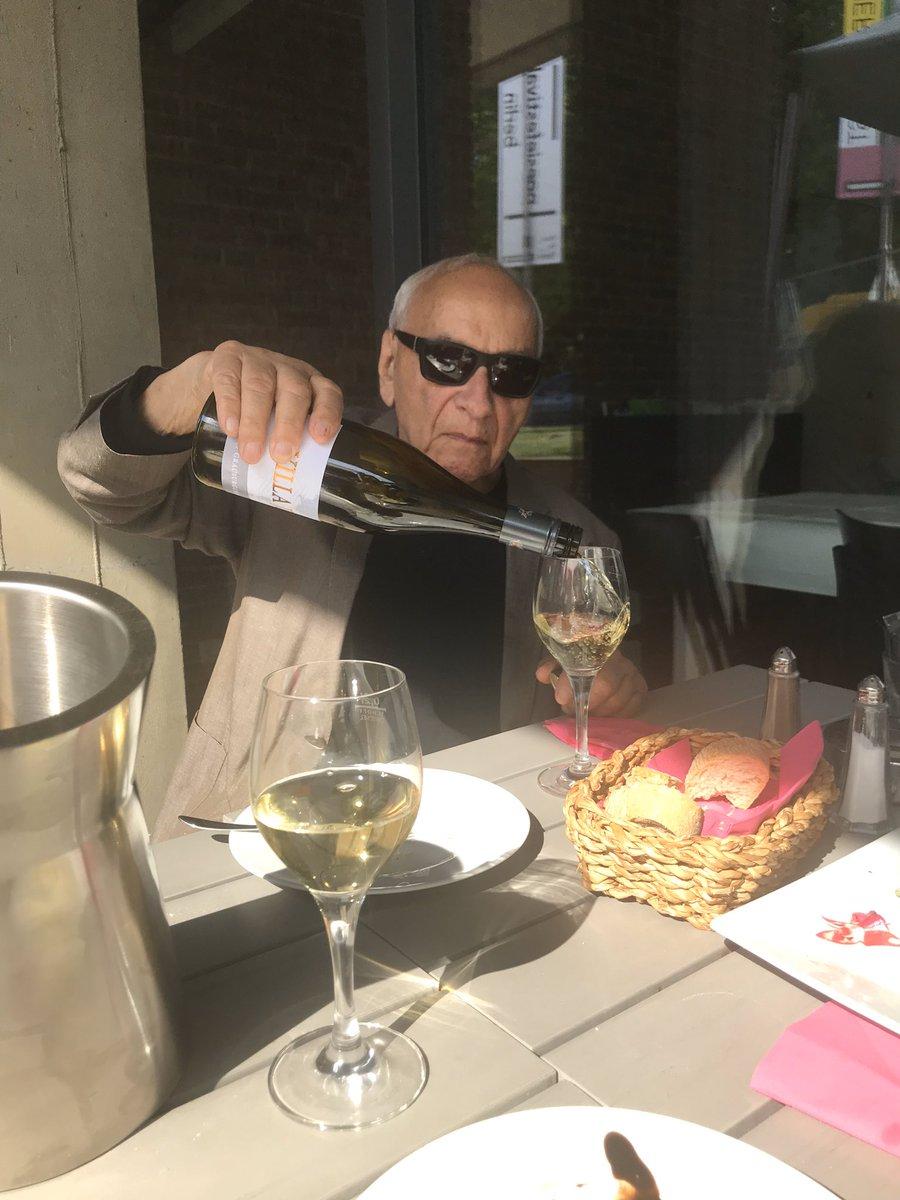 Heute ist Gomringers 95. Geburtstag. Bitte dieses Foto genießen, wo er sich beim Poesiefestival Berlin ein Glass Wein einschenkt.   Today is Gomringer's 95 birthday. Please enjoy this picture of him pouring himself a glass of wine at the Poesiefestival Berlin. pic.twitter.com/8cWg4Dr0SZ