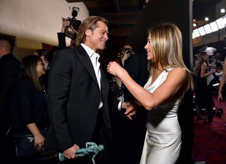 En los #SagAwards tuvimos un reencuentro.   -Brad Pitt gana a Mejor actor de reparto por #OnceUponATimeInHollywood -Jennifer Aniston gana mejor actriz en serie de  drama por #TheMorningShowpic.twitter.com/PqcXBRYSkD