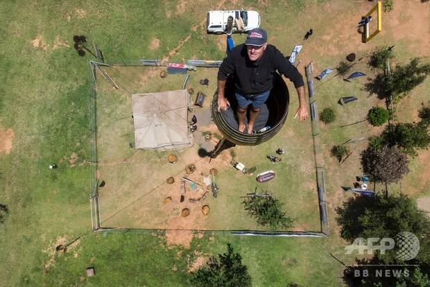 【高さ25m】柱の上の「たる」で約2カ月生活する男性、ギネス更新へ 南アフリカ週に2度、小さなタライで体を洗い、地上からバスケットに入れてくれた食べ物を引き上げて暮らしている。