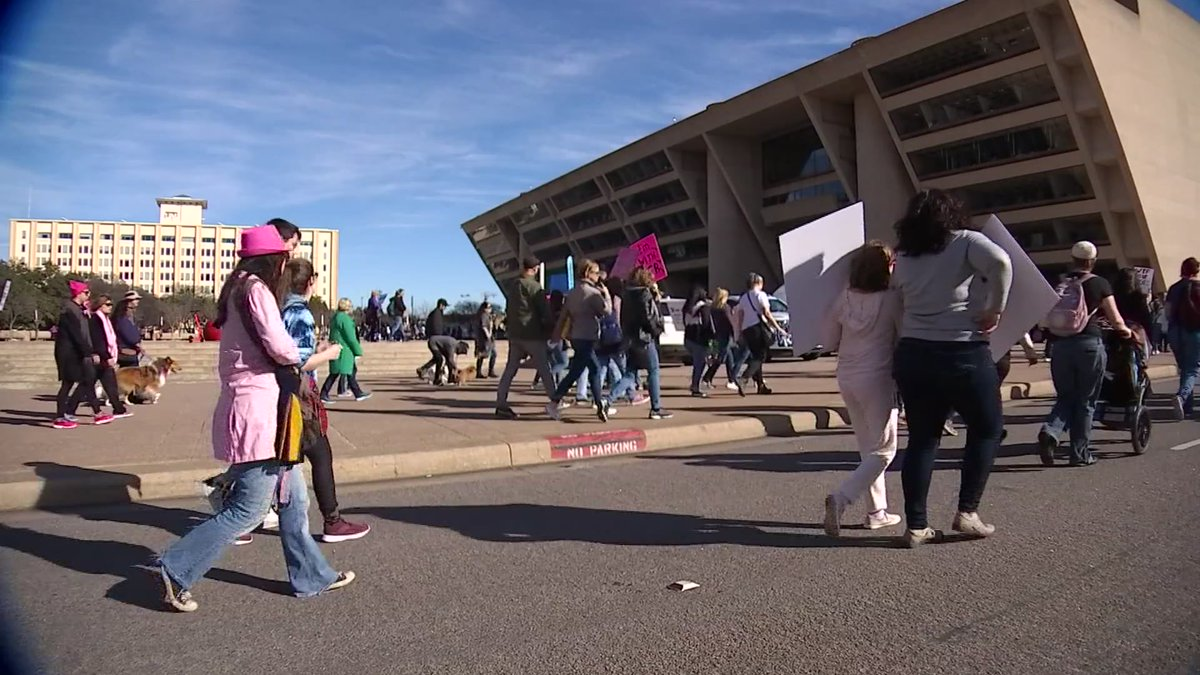 Dallas Women's March draws more than 1,000 people -->