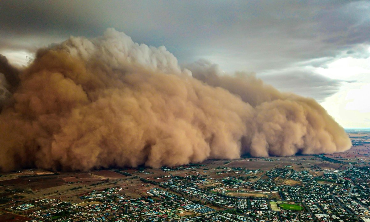 Drone footage shows massive dust storm in Australia sweeping across central New South Wales https://www.theguardian.com/australia-news/2020/jan/20/huge-dust-storms-hit-central-new-south-wales…