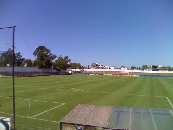 Uruguay es el ejemplo. Canchas feas, con tres gradas, pequeñitas pero la grama siempre al 100% pic.twitter.com/aeTnI4Wfxz