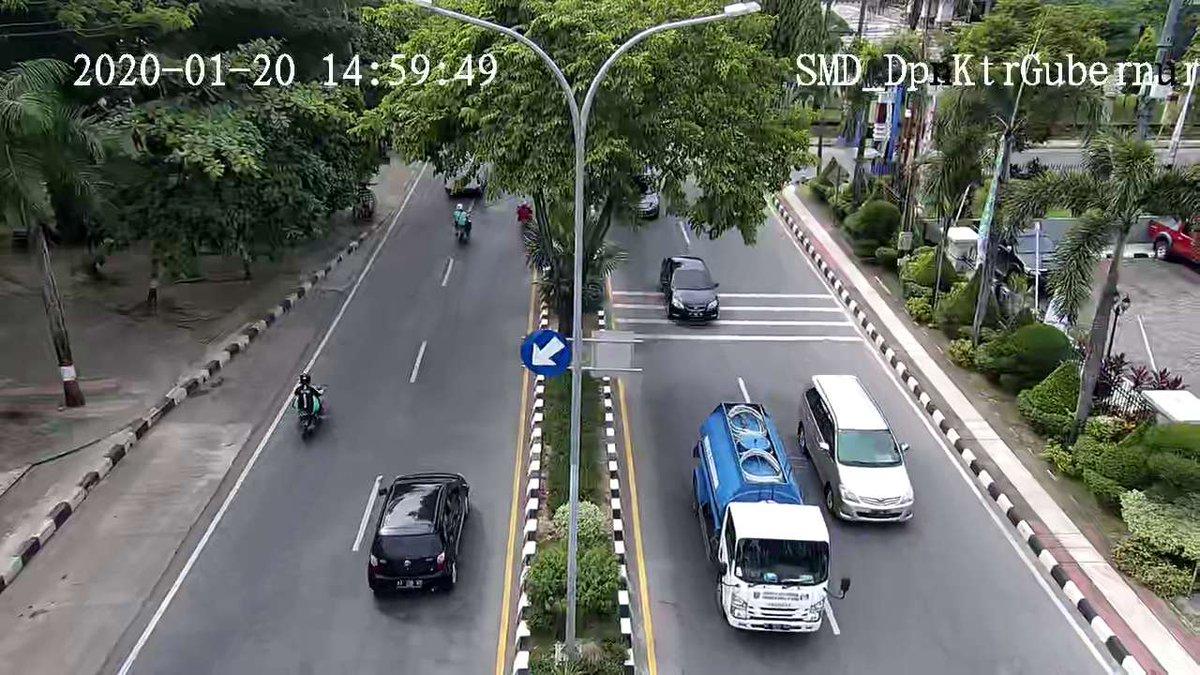 15.08 Depan Kantor Gubernur : Terpantau situasi arus lali lancar di kedua arah.pic.twitter.com/gNpOGejdEP