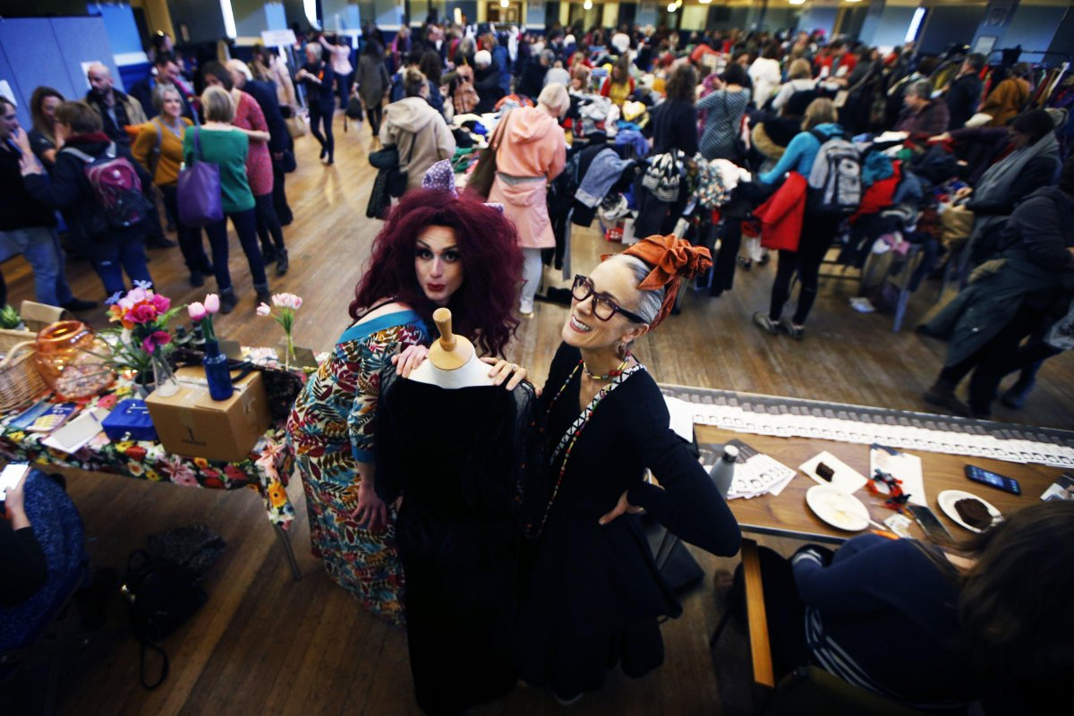 Jumble Fever backed by Annie Lennox and Colin Firth raises thousands http://j.mp/368KMil pic.twitter.com/hnrVF37LUT