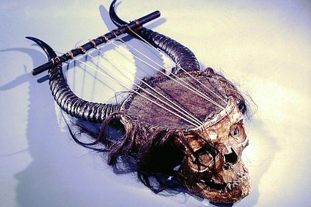 メトロポリタン美術館が所有するライアーと呼ばれる弦楽器が怖すぎ。19世紀のもので、人間の頭蓋骨、アンテロープの角、皮、内臓、毛などで作られているのだとか。どんな音がするんだろうか…