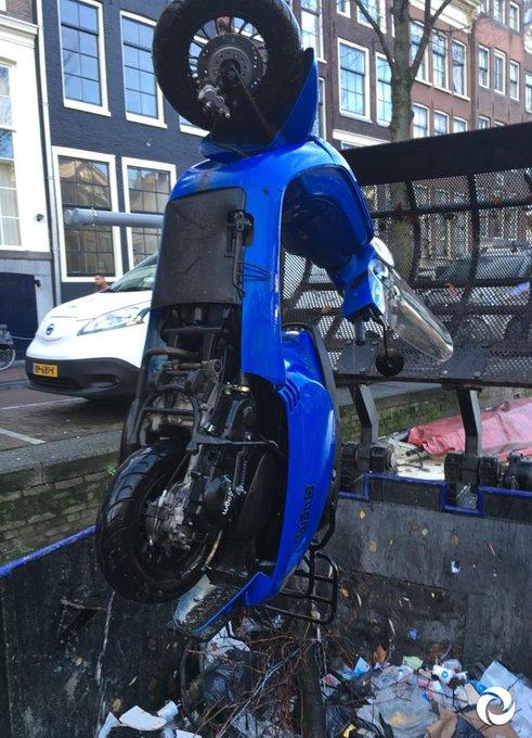 #BlueMonday… wanneer onze grofvuilvissers je blauwe scooter uit de grachten vissen 😭