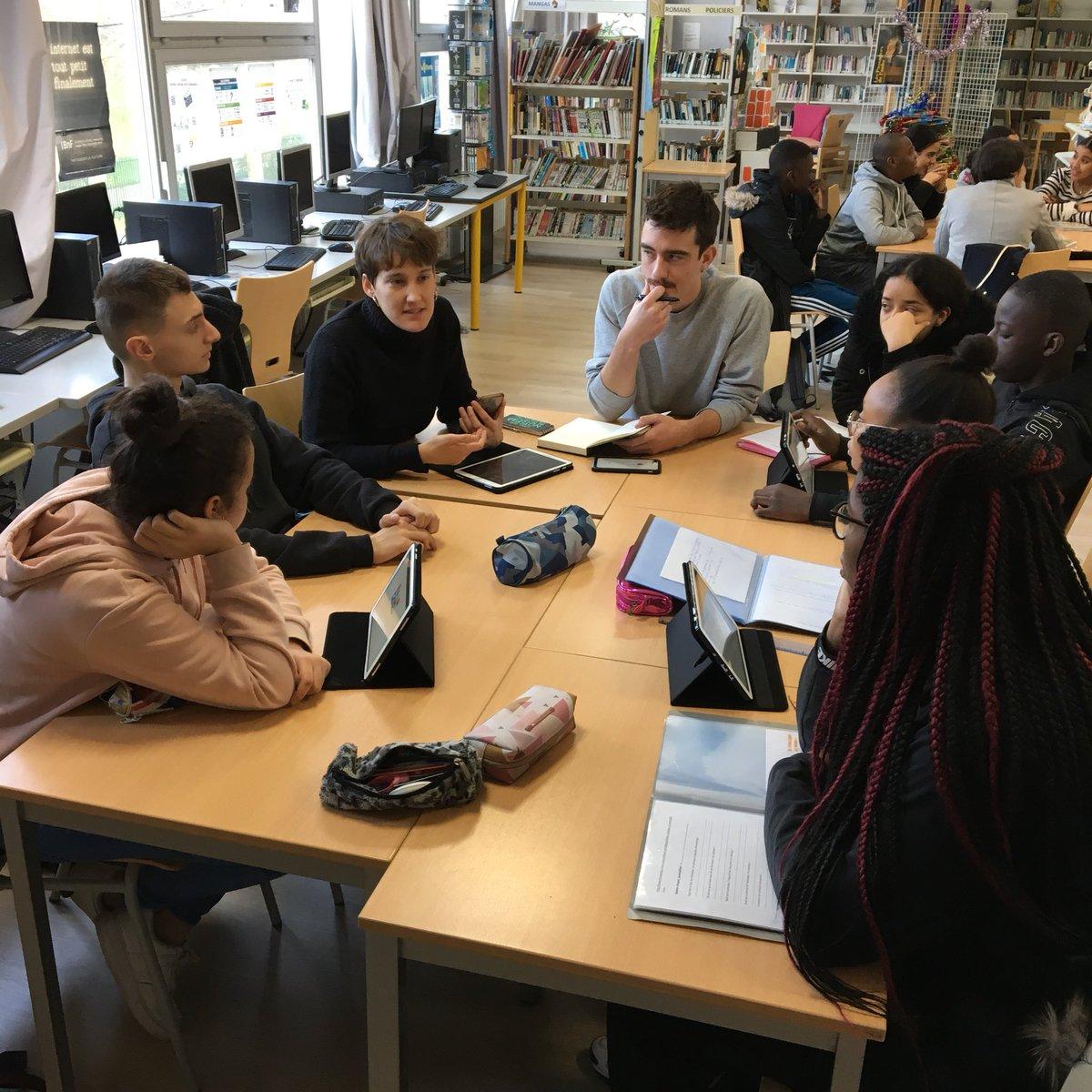 [ÉDUCATION AUX MEDIAS] Belle session @InterClass_  au collège Georges Rouault avec @FChagnaud et @Martinpngt étudiants en spécialisation radio à #IPJDauphine @psl_univ.