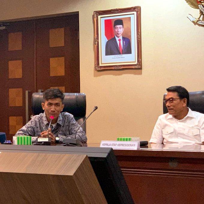 Haerul, montir perakit pesawat terbang ringan (ultra light) asal Kabupaten Pinrang, Sulawesi Selatan bertemu Kepala Staf Kepresidenan, Moeldoko di Bina Graha pada Senin (20/1/2020).