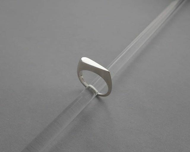 Teardrop ring  . . . #heatherwoofjewellery #heatherwoof #contemporaryjewellery #lifeofajeweller #minimalistjewellery #beautyinsimplicity #dreamjewels #handmadeinedinburgh #scottishdesign #creativeedi #silverring #modernjewellery #contemporaryjewelry… https://ift.tt/38muV0Vpic.twitter.com/BazmDm8TyY