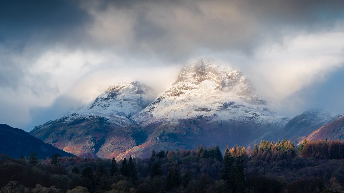 Some Langdale loveliness for a Monday morning @PictureCumbria #theplacetobe @cookhouseart @CumbriaWeather #lakedistrict @keswickbootco @BBC_Cumbria @NTCentralFells #EarthCapture @StormHour @ThePhotoHour #appicoftheweek @BBCEarth @opoty #langdale #langdalepikes #mountains<br>http://pic.twitter.com/eojsGRF1SO