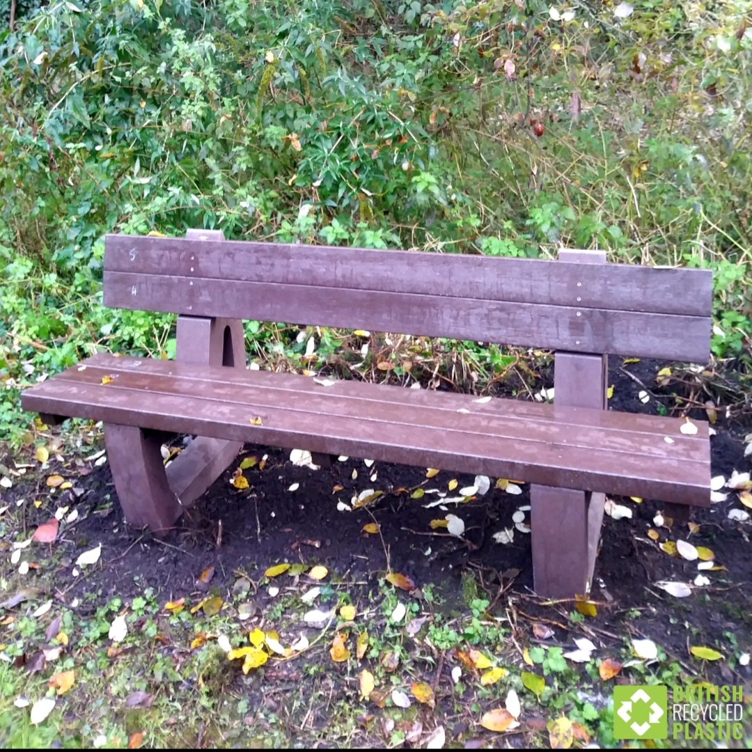 "3 benches were fitted by the Friends of Marconi Pond, Chelmsford. Feedback from them: ""...nice and heavy...ground fitting kit worked well. #britishrecycledplastic #recycledplastic #recycledplasticfurniture #recycledplasticbench #gardenbenches #outdoorbenches #sustainabledesign pic.twitter.com/gDhYY8Bwvs"