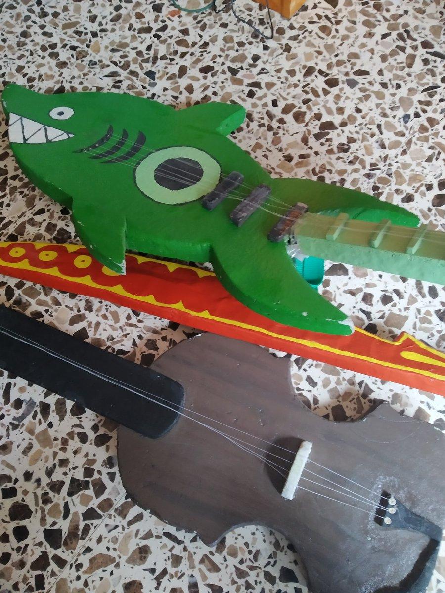 El mástil de la guitarra esta partido y el lijado da pena, la pintura de la espada es súper cutre y el violín necesita una capa nueva de pintura, cuerdas, etc. Es lo que te decía @ErManu119, no trae cuenta repararlos. Me da a mí que se van a la basura jajapic.twitter.com/6vNwDgowU9