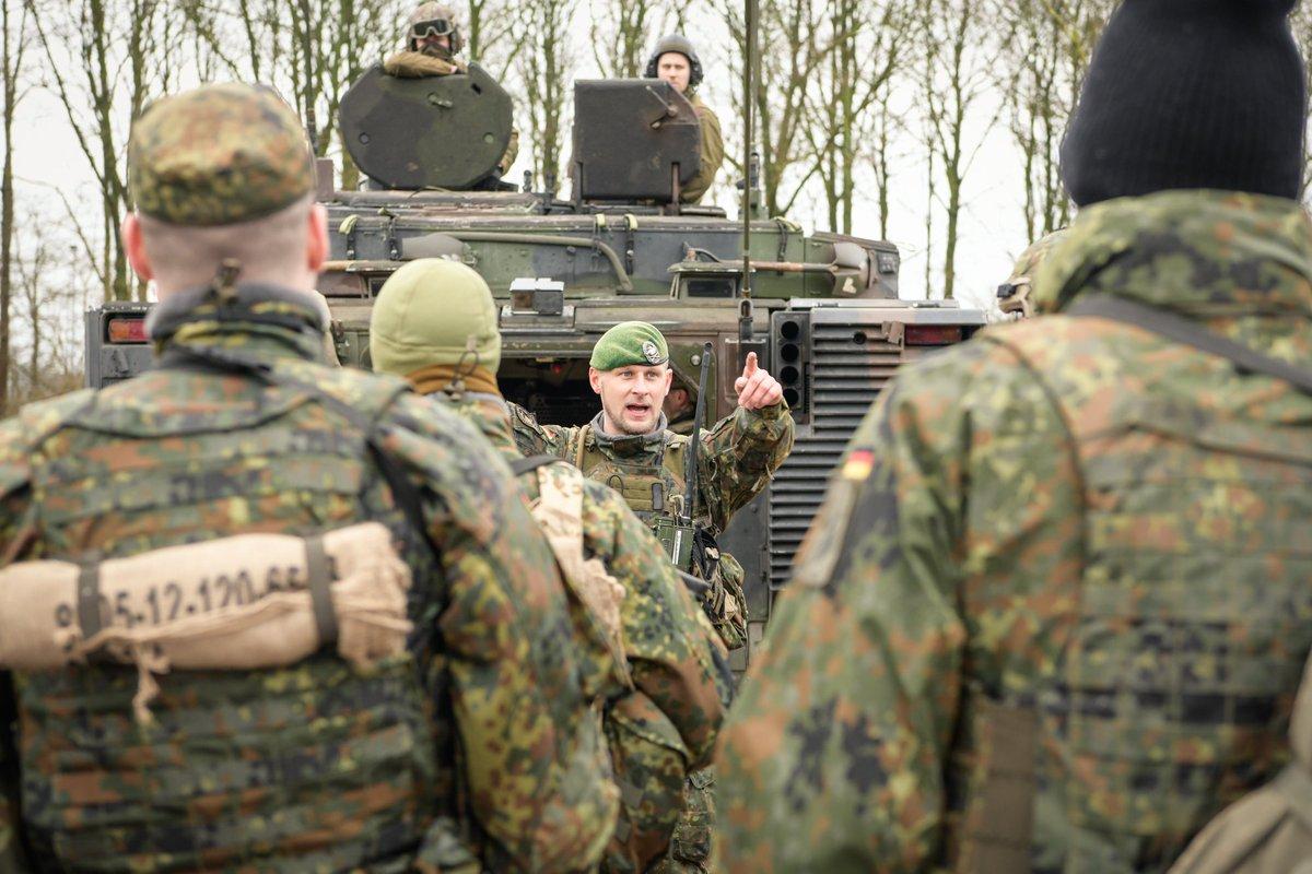 Intensive #Ausbildung in #Havelte:  Deutsche und niederländische #Panzergrenadiere trainieren den abgesessenen Kampf mit #CV90.  Zweck:  - #Binationale Zusammenarbeit fördern - #Integration zwischen 1. #Panzerdivision und @43MechBrig vertiefen - #StrongerTogetherpic.twitter.com/z3w2LAQOrm