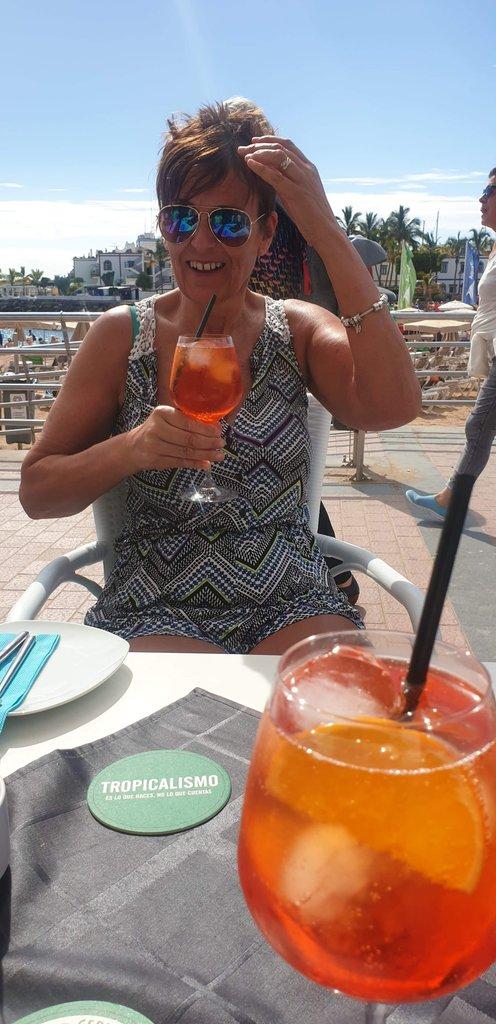 No blue mondays sat here drinking aperol spritz <br>http://pic.twitter.com/xEGwAeW0l3