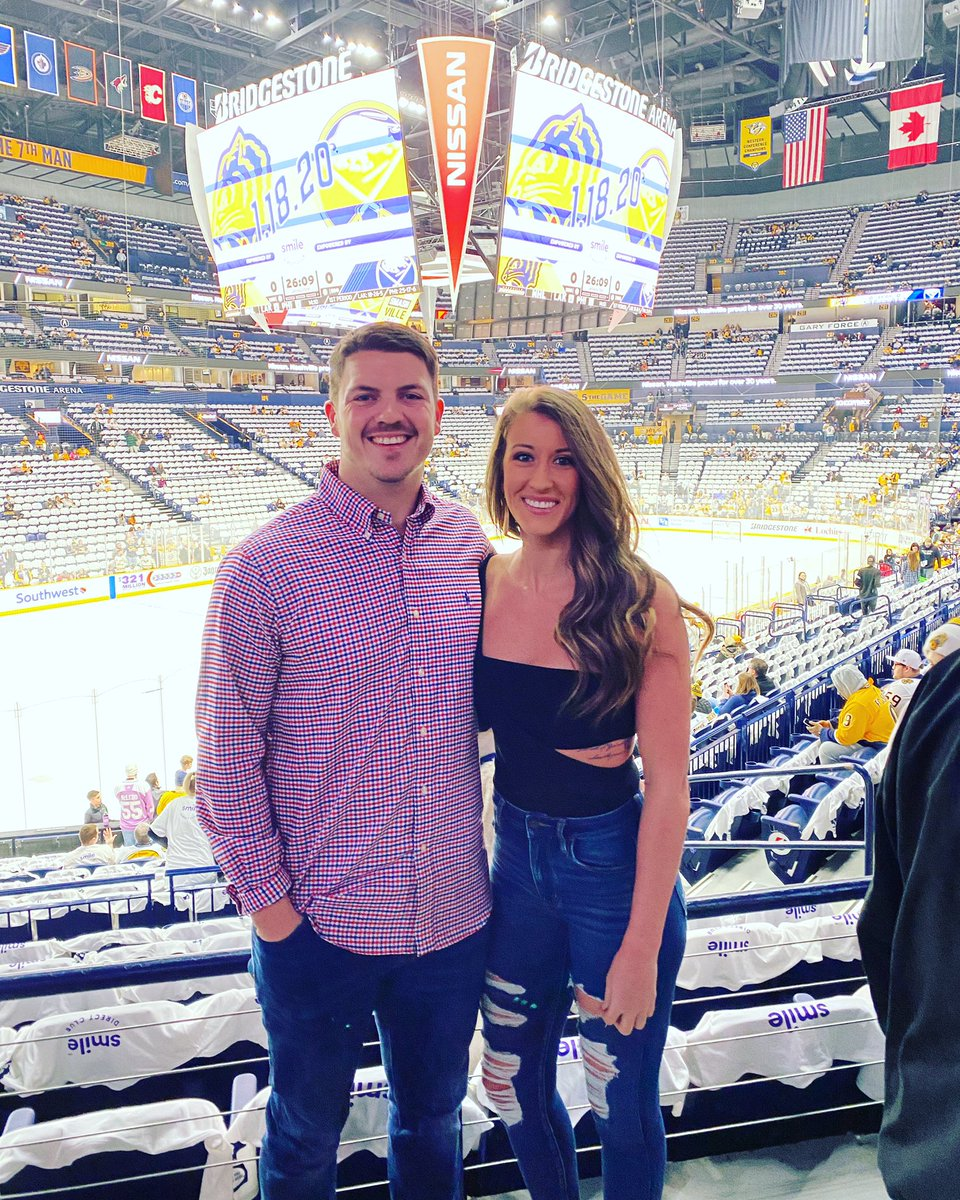 Babes first hockey game. #GOPREDS #Smashville <br>http://pic.twitter.com/yUi9VhW0Y4