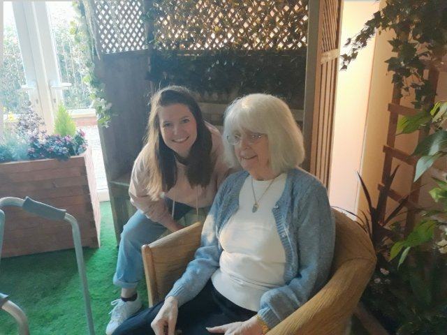 @lilycraig1 and the lovely Eileen relaxing in our Oak Tree pop up park by @fragmentsleeds #chatting #wellbeing #dementia #specialmoments @AnchorHanover @OakTreeLodge_pic.twitter.com/3nRkfbHdYO